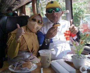 naik bus pariwisata serasa di cafe